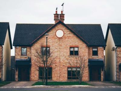 Doppelhaushälfte kaufen: Quadratmeterpreis, Kosten, Grundstück, Vor- & Nachteile